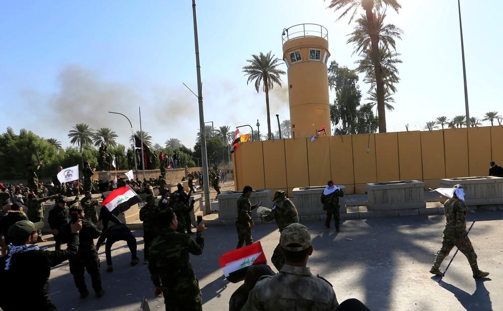 Miles de manifestantes atacan la Embajada de EEUU en Irak