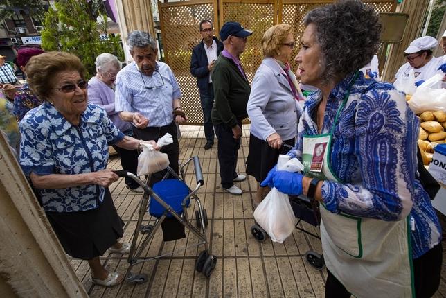 Comienza el reparto de panecillos bendecidos del Santo Voto
