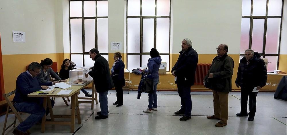 Imagen de una cola de personas a la espera de poder votar durante la jornada electoral celebrada este domingo.