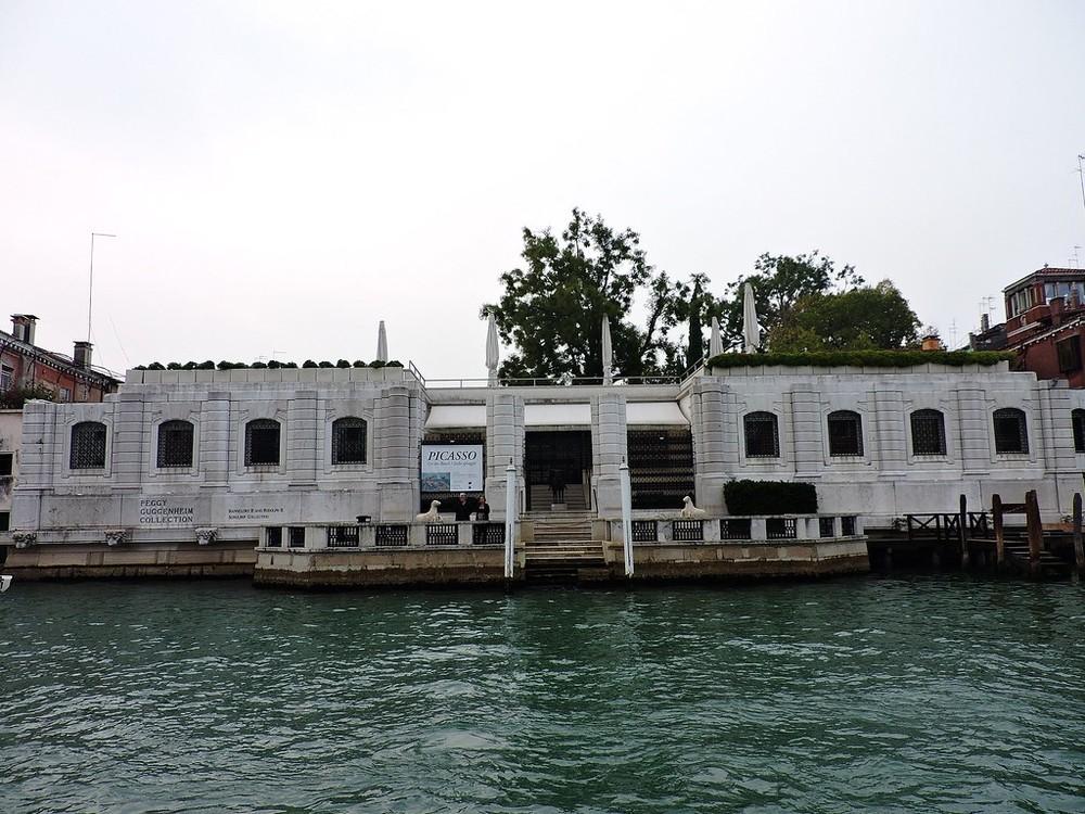 La Colección Peggy está ubicada en el Palacio Venier dei Leoni, en el Gran Canal de Venecia.