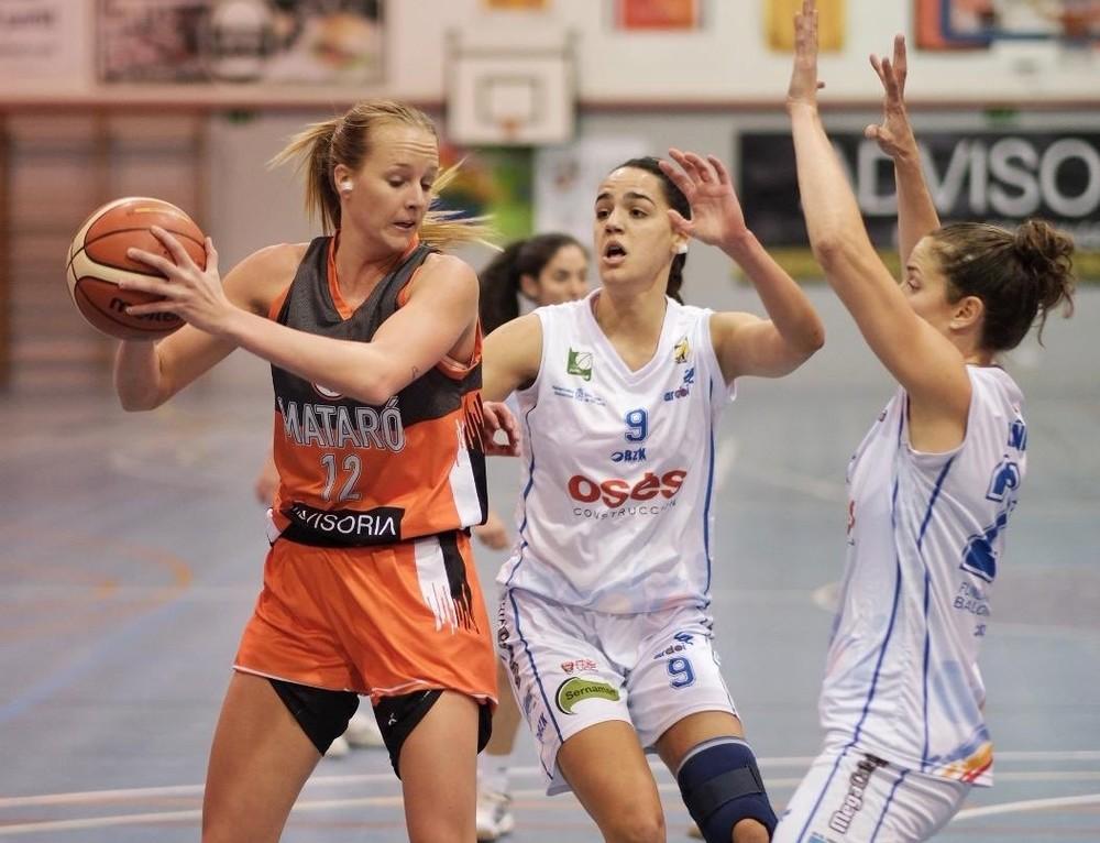 Gastaminza y Liñeira intentan frenar a una jugadora rival.