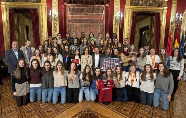 Las selecciones navarras de balonmano femenino y el club Alaia de gimnasia rítmica, junto a ambas federaciones, recibieron el reconocimiento del Gobierno de Navarra Navarra.es