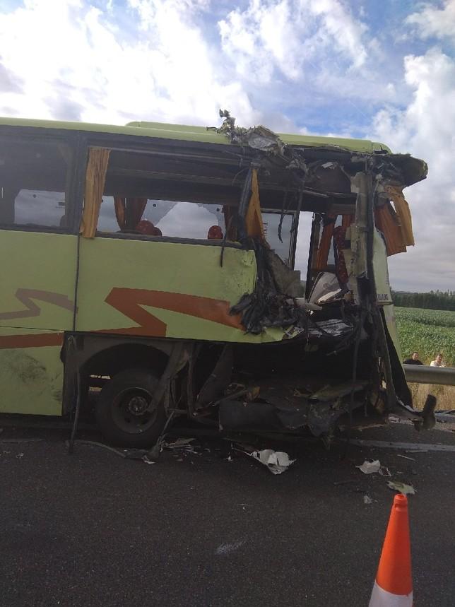 Ocho heridos leves en la colisión de un autobús y un camión