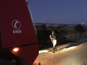 Los Bomberos de la Diputación extinguen un fuego de maleza.