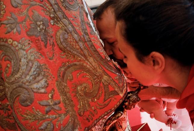 Cientos de niños arropan a San Fermín en la ofrenda floral