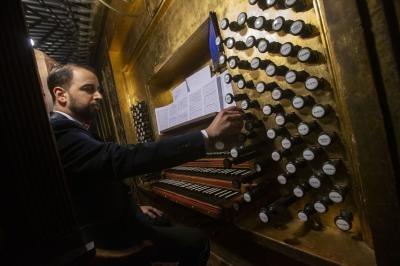 El organista pablo Márquez en plena ejecución. Yolanda Redondo
