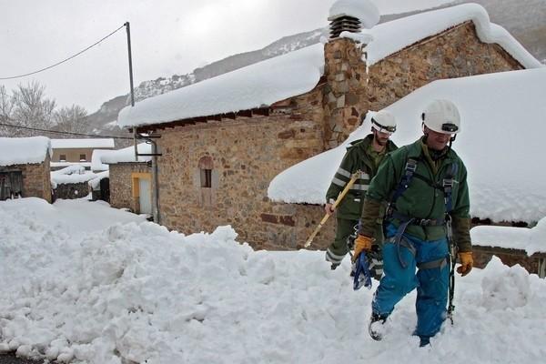 Siete tramos cerrados por la nieve y cadenas en dieciséis