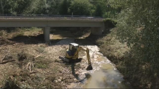 Olite cree que la confluencia de dos puentes agravó la riada