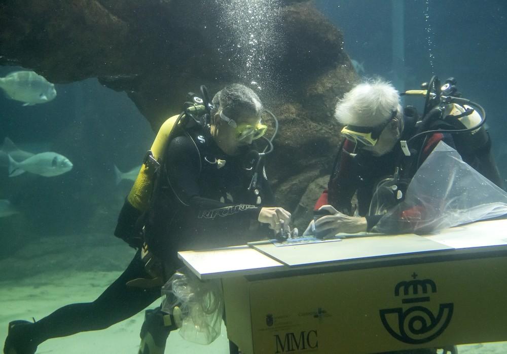 Correos realiza el primer matasellado bajo el agua del mundo