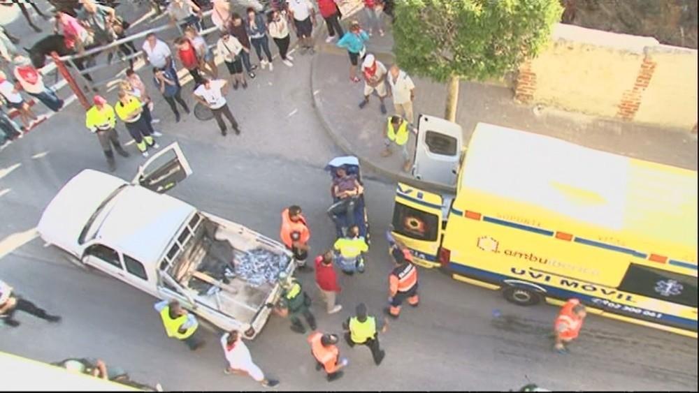Momento en que el herido es trasladado a una ambulancia.