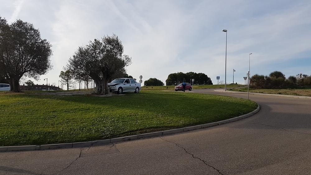 Coche empotrado contra una rotonda de La Vega, en Arroyo.