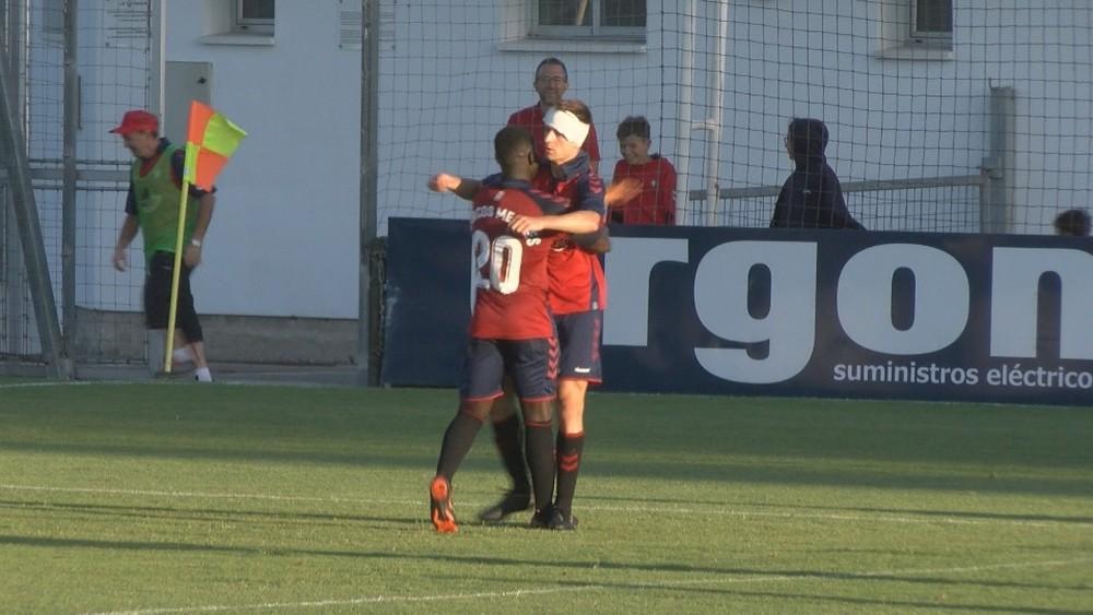 Barbero, autor de un hat trick, celebra su tercer tanto con Mendes, el otro goleador rojillo del partido.