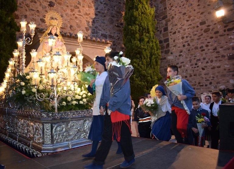 Jotas, flores y música en la ofrenda floral a la Virgen