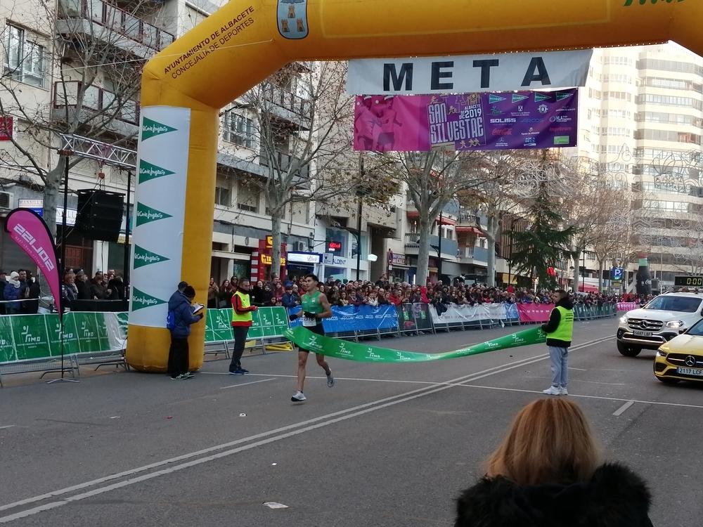 Victor Ruiz entra ganador en la meta.