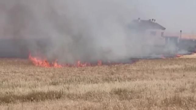 El fuego amenaza una casa rural en Encinillas