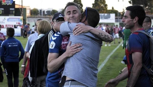 Asier recibe el consuelo de un aficionado al final del partido. Juan Martín-Gimnástica Segoviana