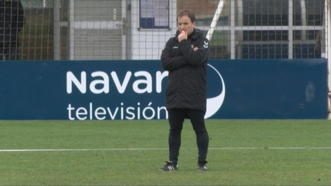Jagoba Arrasate, atento a sus jugadores durante un entrenamiento en Tajonar NATV