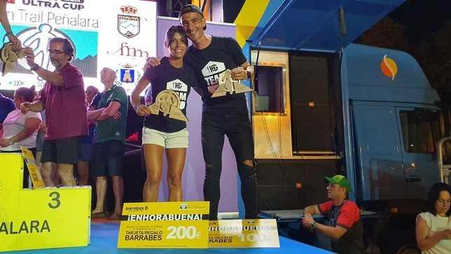 Gemma Arenas y Agustín Luján posan con sus trofeos. LT