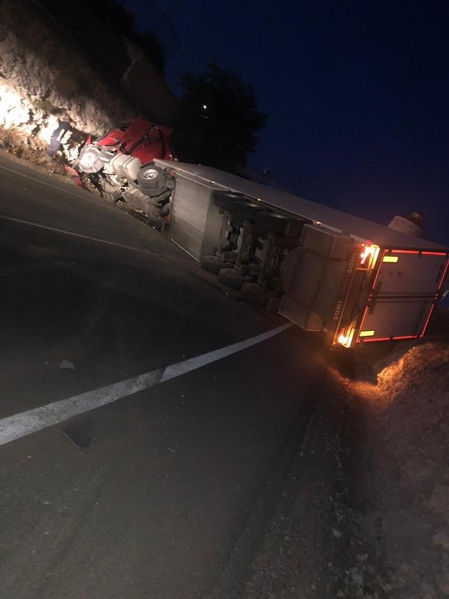 Un camionero herido tras un vuelco en la entrada de Arenas