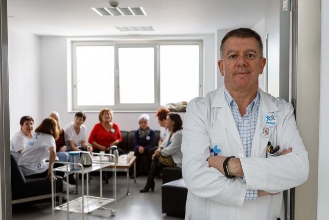 El jefe del servicio de hematología del Hospital General de Segovia, José Antonio Queizán asiste a uno de los cafés que realiza la asociación Ascol.