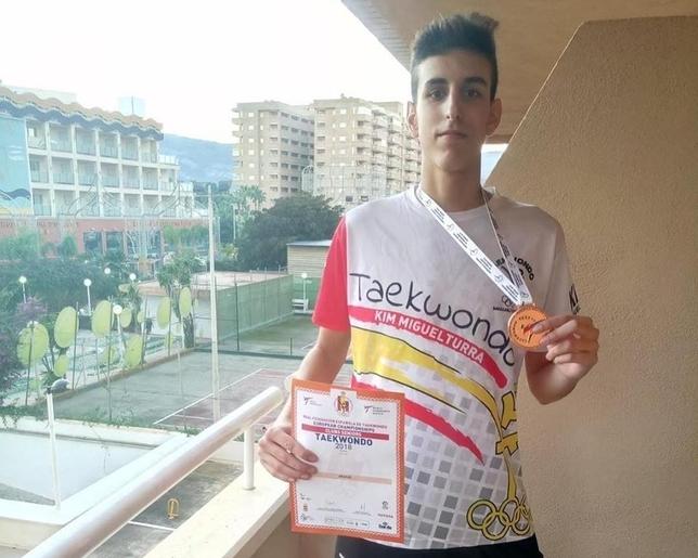 Mario Pérez luce una medalla lograda en una de sus competiciones recientes. LT