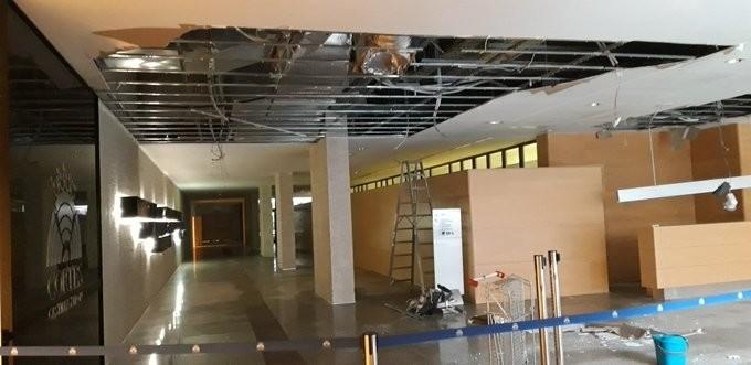 Falso techo que se ha derrumbado en el edificio de las Cortes en Valladolid.