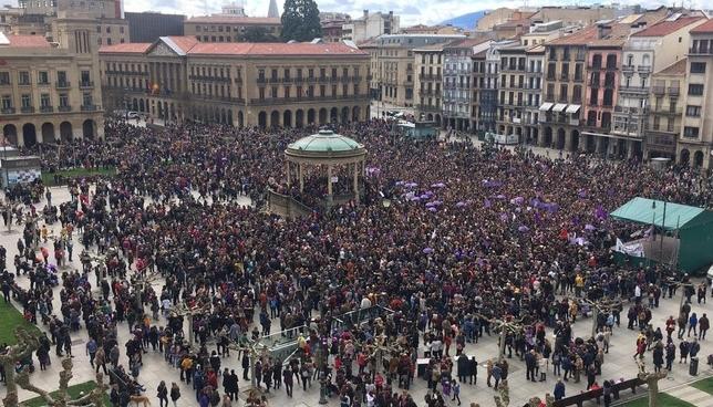 Multitudinaria concentración en apoyo a las mujeres Javier Ortega