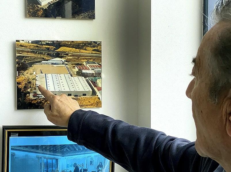 González señala la zona donde se desarrollará la ampliación