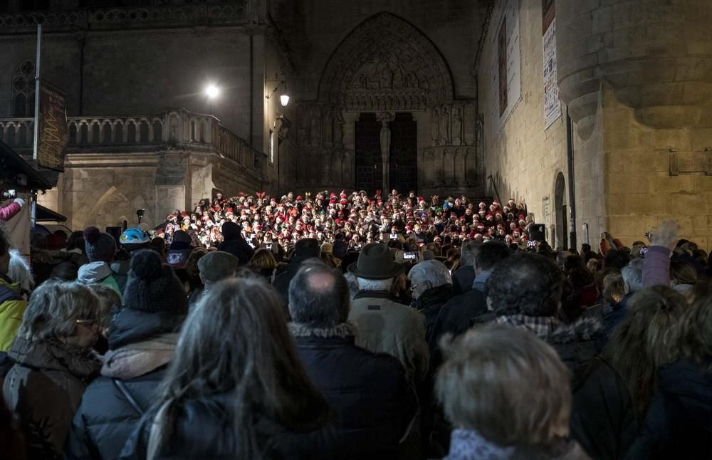350 alumnos cantan villancicos por la Catedral