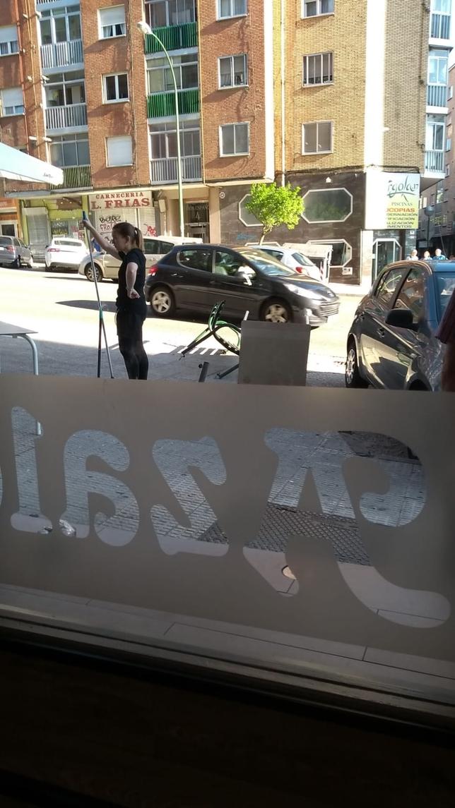 Un coche sin freno de mano causa el pánico en el bar Azalea