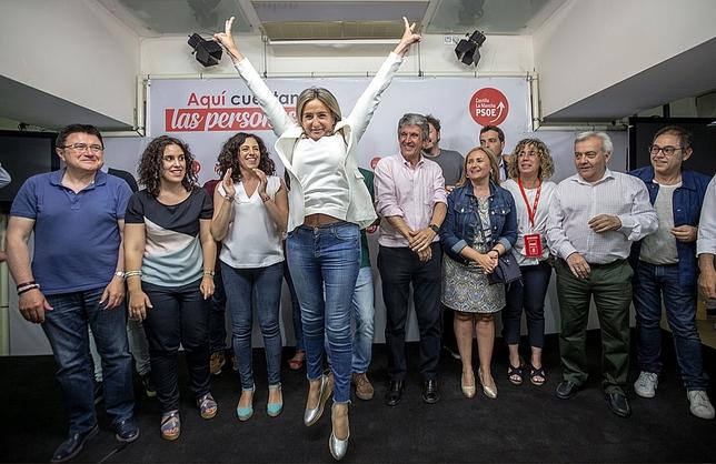 Milagros Tolón celebrando la victoria electoral. Yolanda Lancha