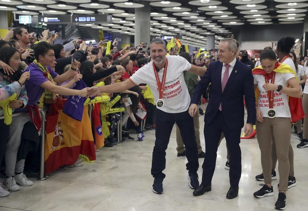 Las 'Guerreras' reciben una calurosa bienvenida en Barajas