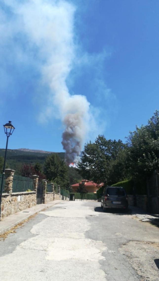 Un incendio amenaza la zona del 'Chorro' en La Granja