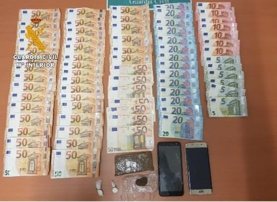 Detenido con 2.580 euros en billetes y droga en su vehículo