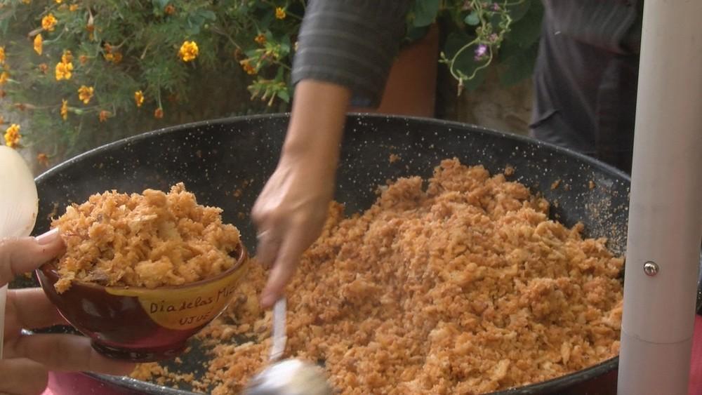 Ujué saborea sus tradicionales migas, un manjar pastoril