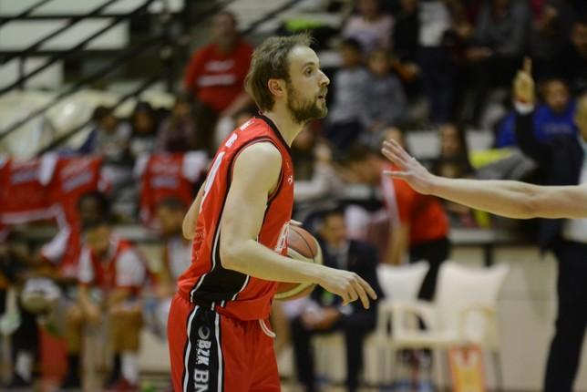 Sergio Fuentes conduce el balón. Iñaki Martínez