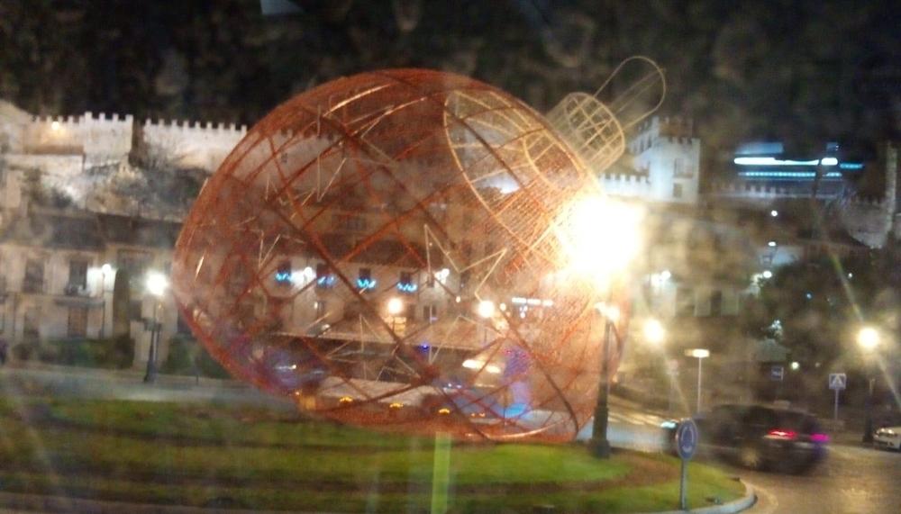 La bola de Navidad del Acueducto sucumbe al viento