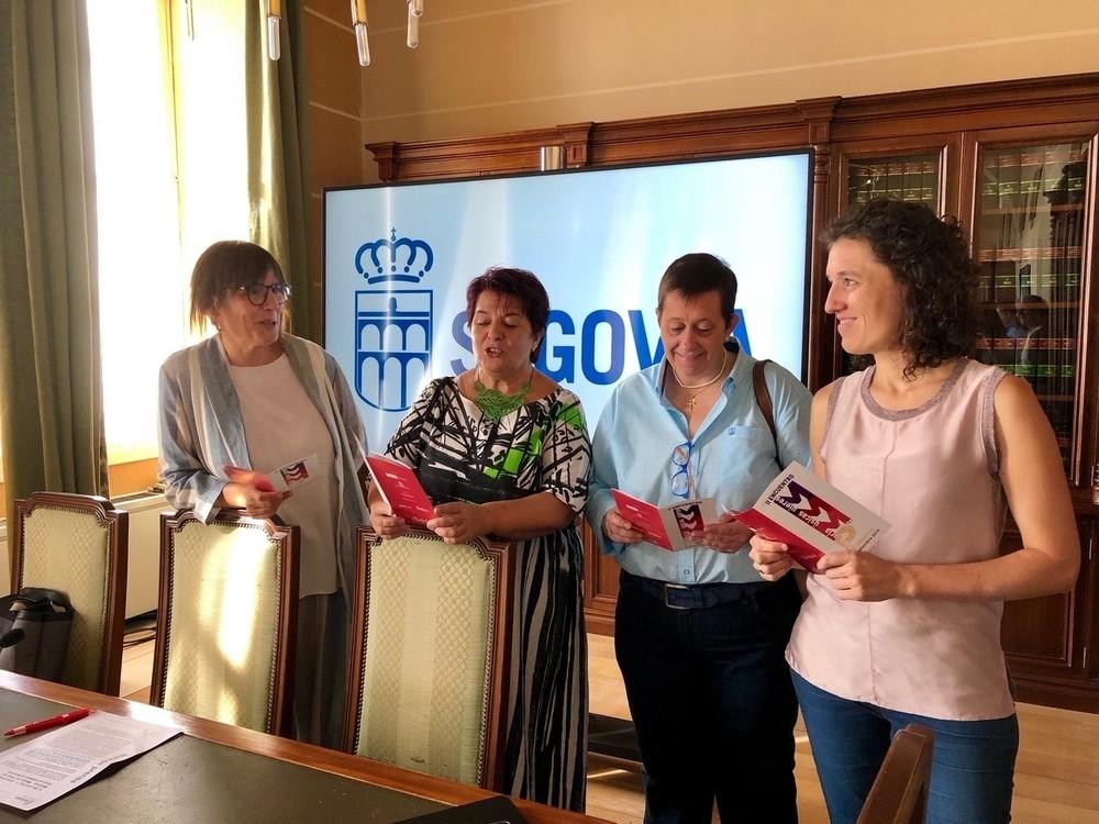 la alcaldesa dLa concejala de Cultura, Gina Aguiar, la alcaldesa, Clara Luquero, la directora de la Fundación Juan de Borbón, Noelia Gómez y la presidenta de la asociación de vecinos de Santa Eulalia, Esther Santos