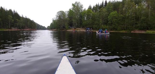 En canoa hacia una isla como aperitivo a lo que nos espera