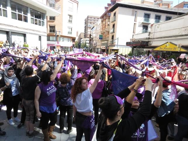 Unas 600 personas se suman a la concentración feminista