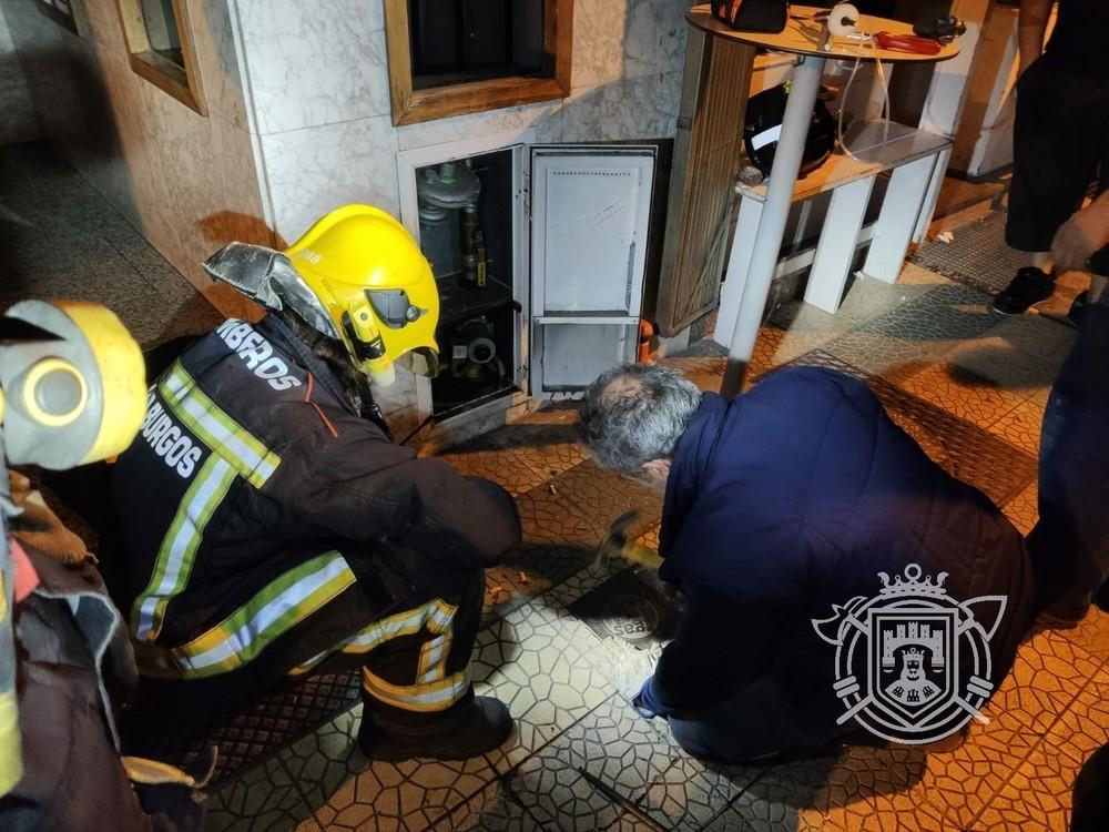 Un técnico revisa el suministro de gas en la avenida del Vena.