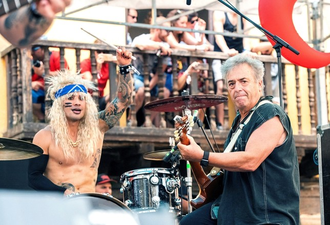 El guitarrista de Hombres G y el batería de Kitai.