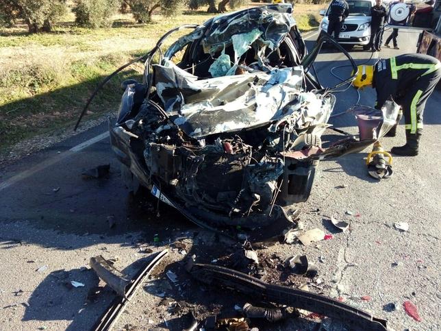 Una mujer fallece tras colisionar su coche contra un tractor