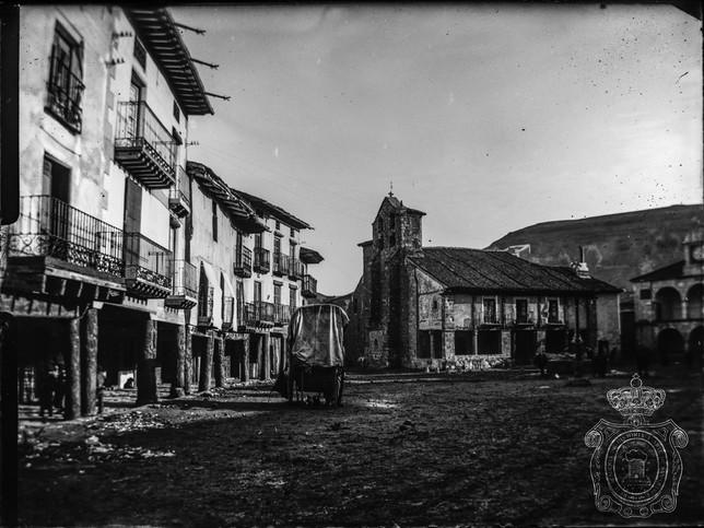 Plaza Mayor de Ayllón, con la iglesia de San Miguel al fondo