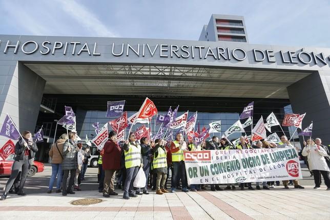 15ff2599ec2b Los trabajadores del servicio de limpieza del Complejo Asistencial de León  inician una huelga indefinida y se concentran frente al Hospital el pasado  mes de ...