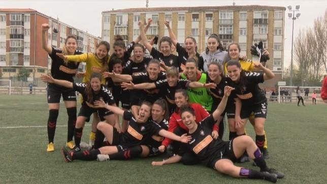 La plantilla de Osasuna femenino celebra el ascenso a Primera división B tras ganar 4-0 en Berriozar