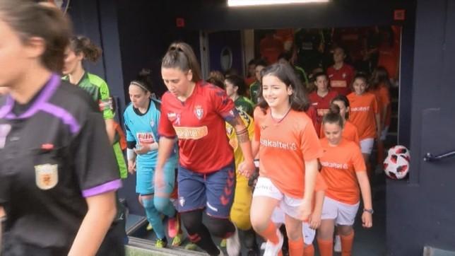 Mai Garde, con el brazalete de capitana, salta al terreno de juego de El Sadar en el partido del pasado domingo