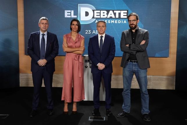 Los periodistas Ana Pastor y Vicente Vallés (2d) presentan junto a los directores de Antena 3 Noticias, Santiago González (i), y el director de La Sexta Noticias,César González (d)