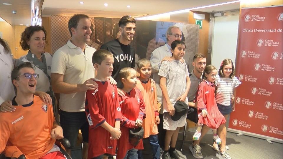 Nacho Vidal y Arrasate posan con varios de los niños hospitalizados