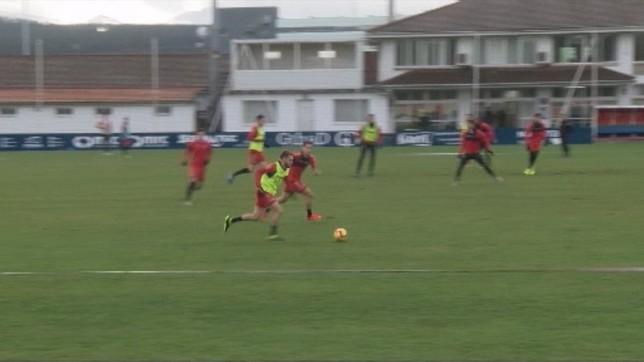 Roberto Torres conduce el esférico en un 'partidillo' de entrenamiento NATV